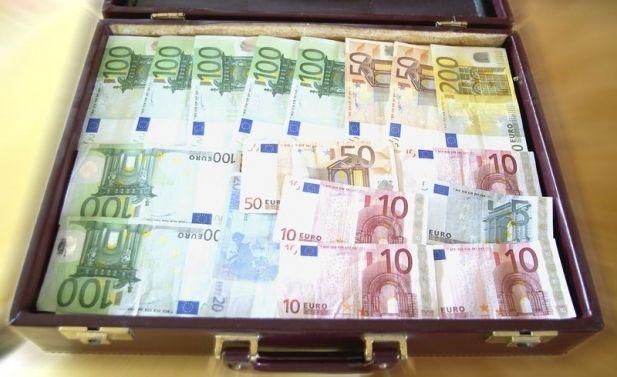 S-a intamplat in Romania! Un copil de 10 ani a gasit o valiza cu bani! Gestul sau i-a emotionat pe oamenii de la Pandurii