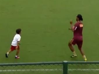 Video SENZATIONAL! Un copil s-a rugat de Ronaldinho sa faca schimb de pase cu el! Ce a urmat e MAGIC