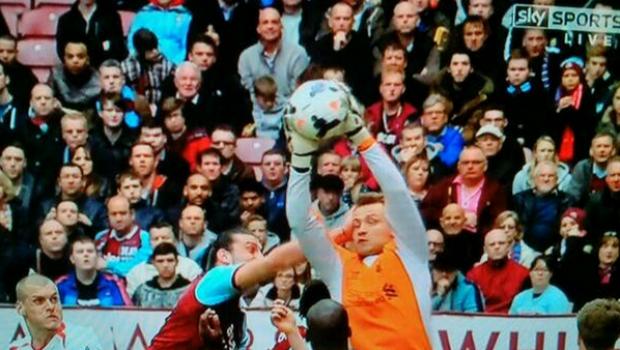 Inca un moment SCANDALOS in Anglia. Pumn in gura dat portarului, arbitrul a refuzat sa anuleze reusita! Ce gol a primit Liverpool