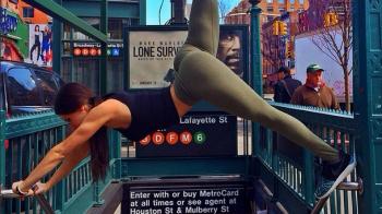 """""""Pe aici se intra!"""" Femeia dependenta de fitness care a rupt retelele de socializare a revolutionat calatoria cu metroul! VIDEO"""