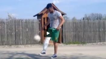 Visul pentru o seara de legenda n-are limite: un suporter a jonglat cu mingea cu piciorul in ghips ca sa joace pe National Arena!