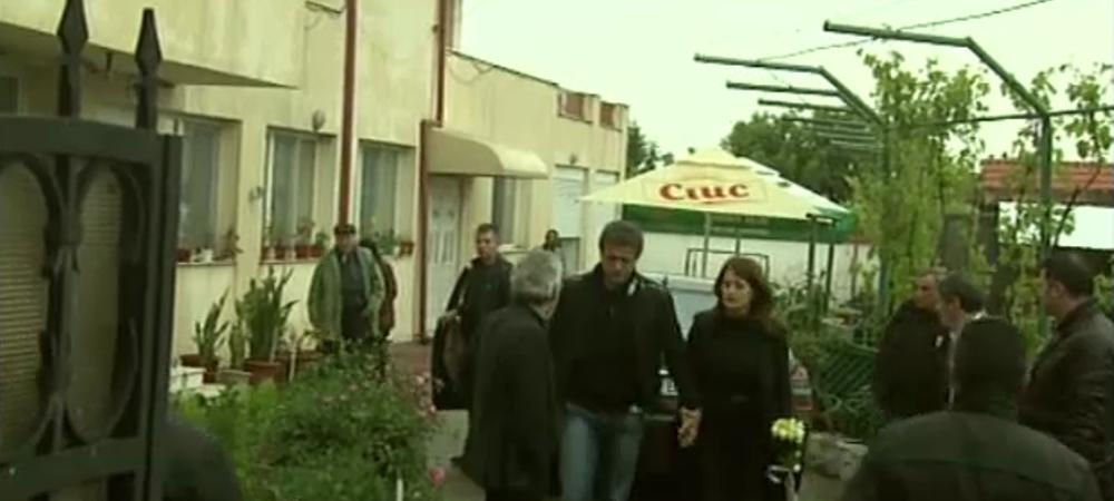 """""""E un moment teribil!"""" Clipe grele la inmormantarea tatalui lui Gica Popescu! Gestul facut de Reghecampf"""
