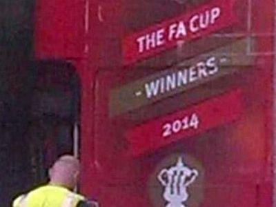 Imaginea care a scapat astazi pe net: Wenger a comandat deja autobuzul pentru sarbatoarea castigarii FA Cup! Finala e la Sport.ro