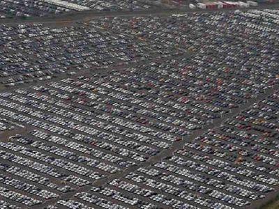 FOTO Imaginea CRIZEI in industria auto! Sute de mii de masini noi, ABANDONATE pe camp!