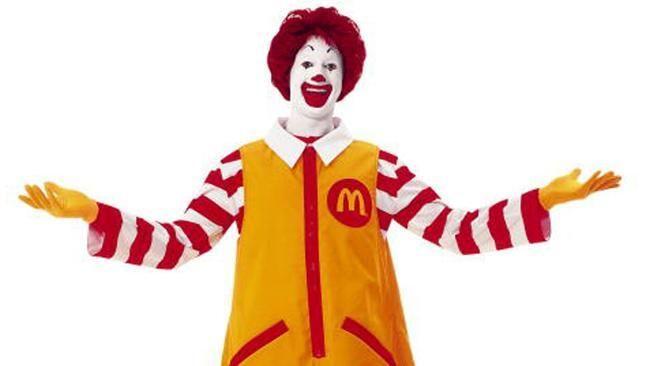 """McDonalds isi inlocuieste vechea mascota! Clovnul are noroc insa, fanii au criticat noul design: """"Arata oribil, provoaca teama"""""""