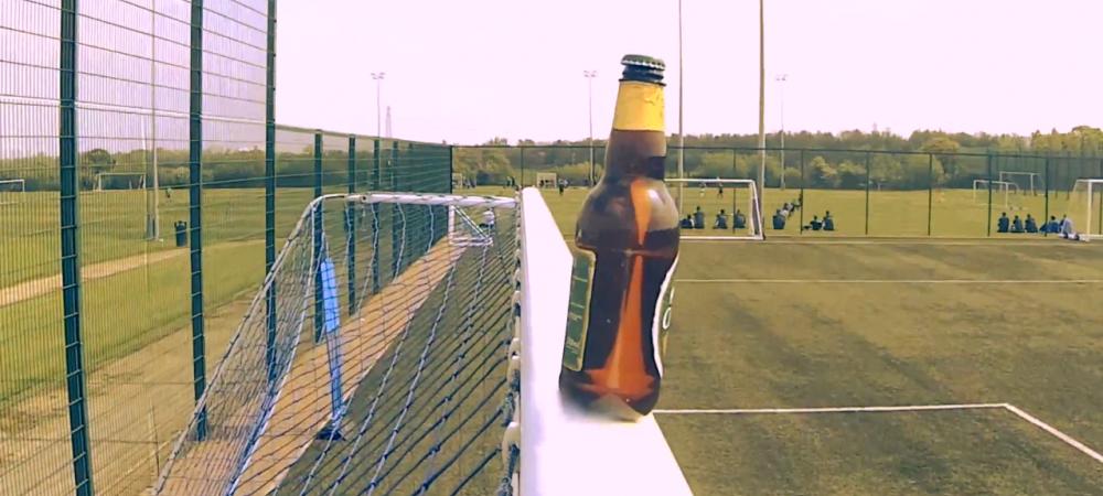 Super concurs inainte de Cupa Mondiala! Doi fotbalisti s-au intrecut in daramarea berilor de pe transversala! Cine a reusit primul