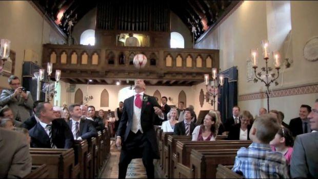 Ce face un fotbalist la altar inainte de nunta? JONGLEAZA cu mingea pana apare mireasa! VIDEO