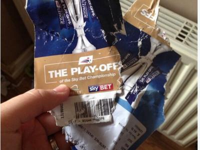 Si-a luat bilet pe Wembley la un meci URIAS! Cand a ajuns acasa, si-a gasit tichetul sfasiat de catel! Urmarea este senzationala