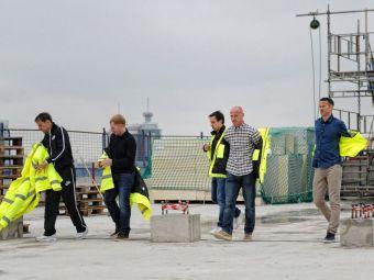 Surpriza de proportii pentru muncitorii unui santier! Cele mai mari LEGENDE din fotbalul englez au jucat fotbal cu ei pe acoperis!