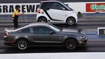 VIDEO Liniuta cu final neasteptat! Cine a castigat cursa dintre un Mustang si un Smart
