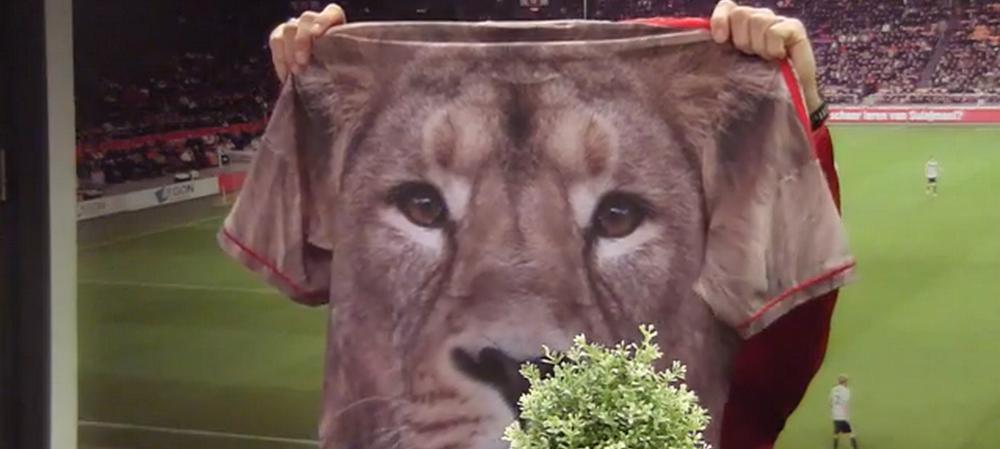 Frank de Boer a facut o criza de nervi cand a aflat ca acesta va fi noul echipament al lui Ajax pentru sezonul viitor! VIDEO