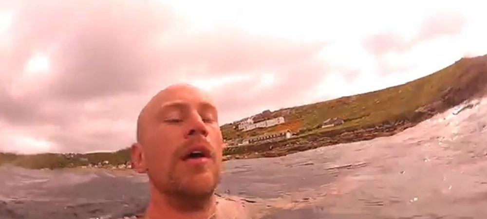 A fost la un pas sa-si filmeze momentul mortii! Ce a surprins acest barbat in timp ce inota linistit VIDEO