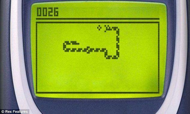 """Ai un telefon mobil vechi? Ai putea da lovitura. Vezi cine plateste pana la 1500 de dolari pentru un model cu jocul """"Snake"""" pe el"""