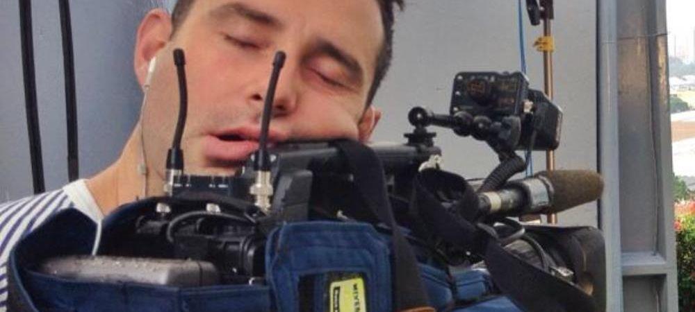 Imaginea zilei de la Mondial. Ce facea reportera la camera in clipa in care cameramanul a adormit asa. FOTO aici