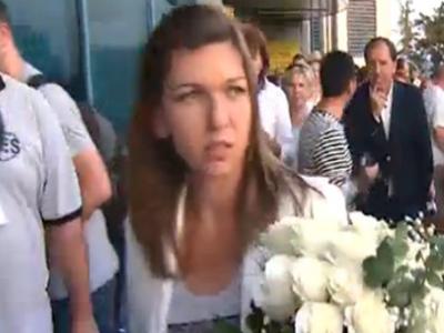 FOTO FABULOS! Imaginea zilei pe Otopeni! Cine a aparut in spatele Simonei Halep la revenirea de la Wimbledon