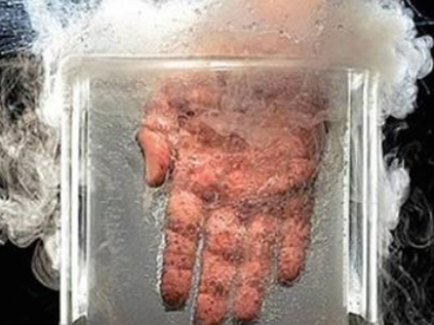 Cel mai nebun experiment din lume! Un savant isi baga mana in Nitrogen lichid pentru jumatate de secunde! VIDEO