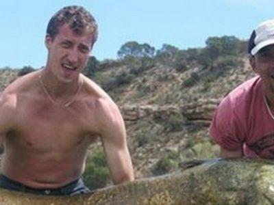 FABULOS   Doi romani se pot lauda cu o captura NEBUNA la pescuit! Cat de mare e pestele pe care l-au prins :) FOTO