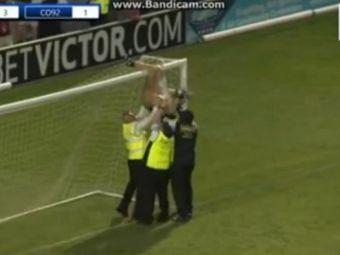 Echipa de LEGENDE a lui Man United, batuta mar de Salford City! Un barbat a intrat GOL pe teren si s-a prins de bara VIDEO