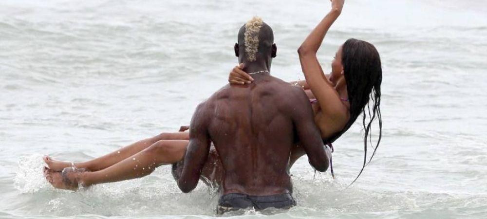 Imagini spectaculoase cu Balotelli si iubita sa la mare. Cum au fost fotografiati cei doi