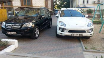GENIAL! Ce mesaj a gasit in geam proprietarul unui SUV de lux care a blocat accesul intr-un parculet cu masina lui! FOTO