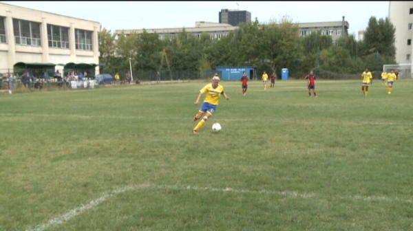 """""""Numai cu baietii joc fotbal!"""" Fotbalistele dau totul pe teren. O pustoaica de 9 ani impresioneaza: """"E diamantul echipei"""""""