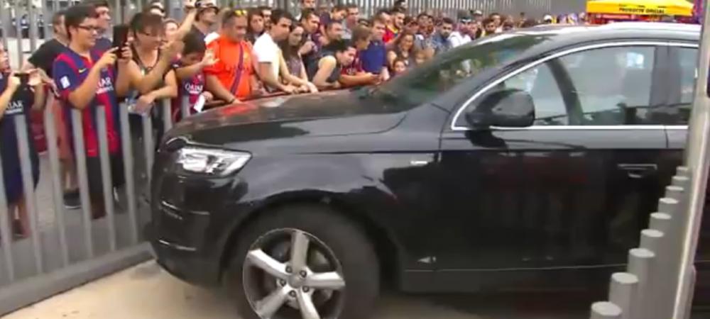 Si-a luat carnetul la Pitesti? :)) Un jucator al Barcelonei a stat 2 minute sa intre in parcare! Fanii s-au prapadit de ras! VIDEO