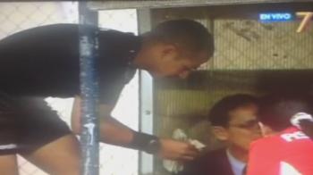 Asa arata un BLAT pe fata? Arbitrul surprins in timp ce numara un teanc urias de bani pe marginea terenului. VIDEO