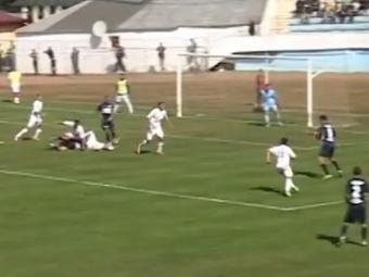 Gol senzational in Liga a doua din Romania! Un jucator dintr-o suta ar fi incercat o nebunie ca asta! Ce a facut
