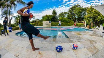Asta e ULTIMA nebunie a lui Ronaldinho! Ce a trebuit sa faca pe marginea piscinei