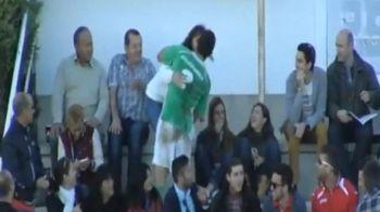 VIDEO! Arbitrul a enervat pe toata lumea! Un jucator a marcat, apoi a fugit in tribune la iubita sa! Ce a urmat