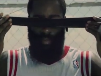 "VIDEO: Doua super staruri din NBA au inventat ""baschetul wireless""! Kevin Durant la microfon, James Harden joaca legat la ochi!"