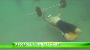 Intr-un minut si jumatate, a ridicat de 36 de ori haltera fara sa respire, desi era sub apa! VIDEO senzational