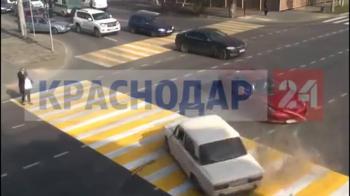 VIDEO Accident HALUCINANT in Rusia! O batrana LADA a busit un Ferrari in intesectie! Reactia soferului e de milioane