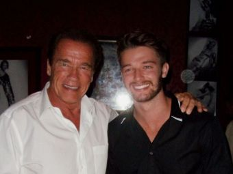 Nu are muschii tatalui sau, dar e invidiat pentru prietena lui! :) Fiul lui Arnold Schwarzenegger a dat lovitura! Cum arata acesta