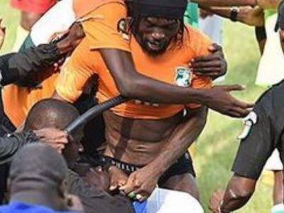 VIDEO Nebunie la Abidjan dupa meciul care a adus calificarea la Cupa Africii: Gervinho a fost dezbracat pe teren :))