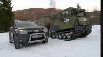 Testul suprem pentru Dacia Duster! Intrecere cu un snowcat militar in muntii inghetati din Norvegia. VIDEO
