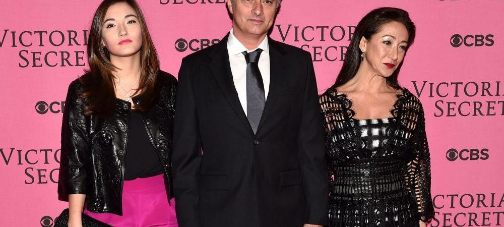 """""""Am cu ce ma lauda"""" :) Jose Mourinho, aparitie surprinzatoare alaturi de fata si de sotia sa, la o prezentare Victoria's Secrets"""