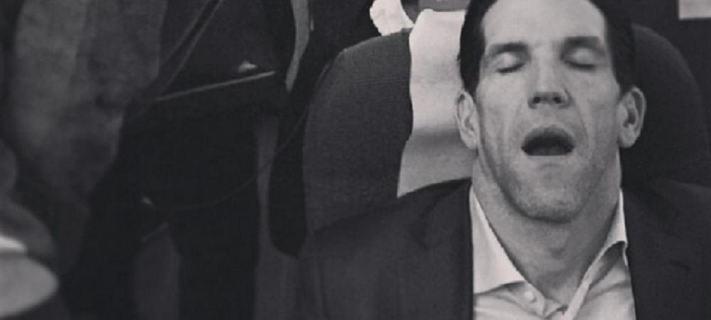 Lord Bendtner l-a gasit pe acest barbat dormind langa locul sau din avion! Ce i-a facut :))