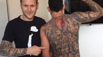 FOTO: A ales sa-si tatueze TOT spatele! Ce superstar si-a pus astazi aceasta fotografie pe net!