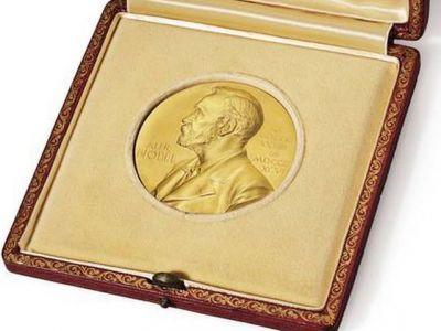 Patronul lui Arsenal a dat 4,7 milioane $ sa puna mana pe un premiu Nobel! Povestea din spatele trofeului: