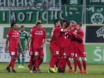 Un gol ca asta nu ai vazut! Razvan Lucescu OMOARA TOT in Grecia! Un jucator de-al lui a marcat cu o lovitura luata de la VanDamme
