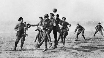 Miracol in seara de Craciun! Momentul in care soldatii au lasat armele si s-au luptat cu MINGEA de fotbal