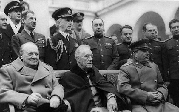 """""""Winston, ai adus tu cariocile? Redesenam harta lumii, ok, ce facem cu Romania"""". O pauza cat o istorie"""