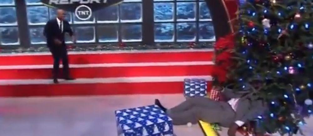 A facut praf bradul de Craciun in direct la TV. Scene incredibile cu Shaquille O'Neal. VIDEO