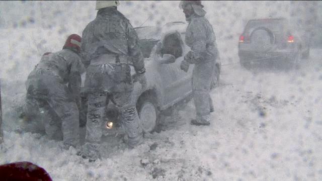 Situatia actualizata a drumurilor inchise de viscol. Armata a intervenit pentru salvarea oamenilor blocati de nameti