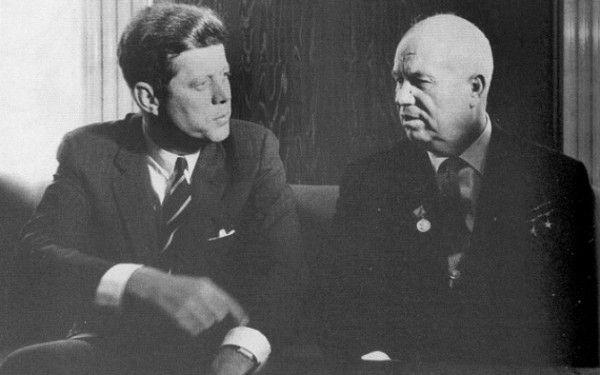 """Telefonul rosu SUA – URSS si pauza care a salvat lumea de la un razboi nuclear: """"Alo, Kennedy, nu vrei sa te sun in 5'?"""""""