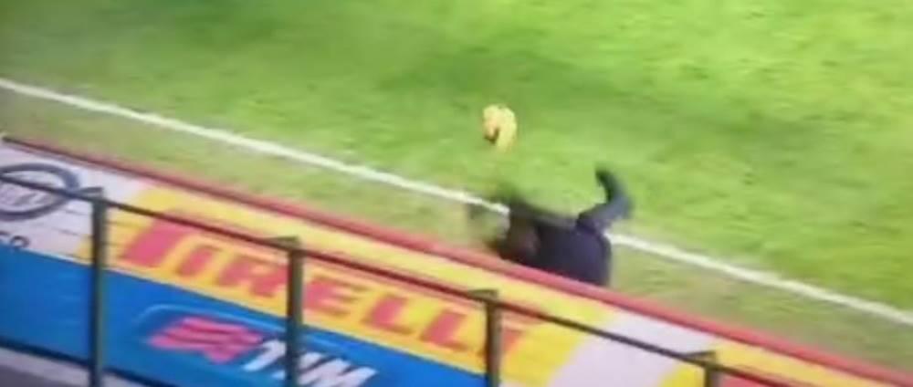 VIDEO senzational! Mancini a fost facut KO pe marginea terenului, dupa ce a primit o minge in fata!