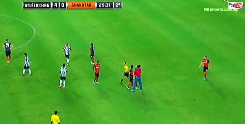 VIDEO EPIC! Lucescu si-a iesit din minti din cauza arbitrului si a intrat in teren, jucatorii s-au chinuit sa-l scoata afara