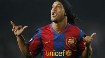 Meciul s-a oprit pentru Ronaldinho! Un fan NEBUN dupa el a intrat pe teren si i-a cerut un autograf. Ce reactie a avut