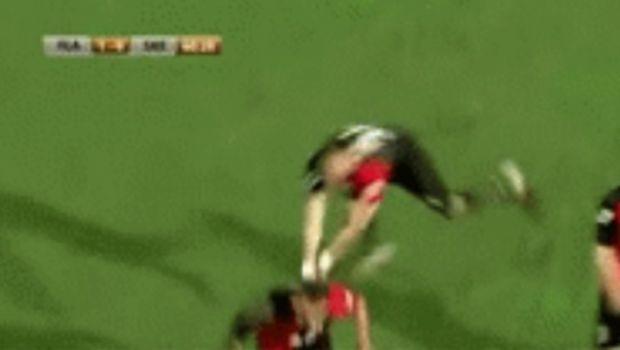FAIL! Cea mai haotica bucurie de gol vine din Albania. Ce a patit acest fotbalist :) VIDEO